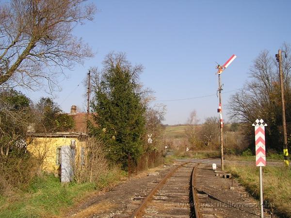 Folyton szabad állást mutató, nem biztosított alak bejárati jelző Bánk állomáson 2005-ben. A jelző ma is ebben az állásban van, mellette a kisvasút és a nagyvasút közös útátjárójának fénysorompóját a személyforgalom megszüntetése után leszerelték. Állomási szolgálat és karbantartás hiányában az állomás már akkor lepusztult, amikor még volt forgalom a vonalon, és a leállítás óta még jobban megrongálták az épületeket és a padokat.