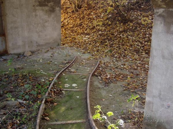 A bánki átrakó betonszerkezete alatt található, elfeledett, a kisvasúthoz már nem kapcsolódó keskenynyomközű vágány található, amely kanyarban végződik, ütközőbak nélkül nekivezet a domboldalnak.