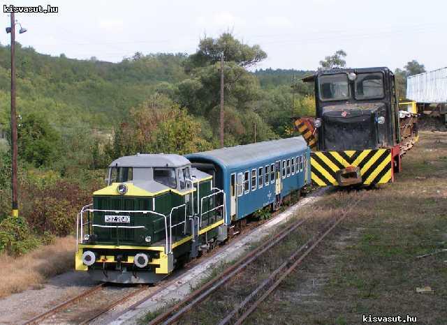 Ezen a képen pedig csillés fotótehervonat látható Bánk állomás átrakóján, két héttel később, 2006. szeptember 30-án. A nagyvasúton a trains.hu különvonata látható, M32-es mozdonnyal és 2 db Bhv-kocsival.