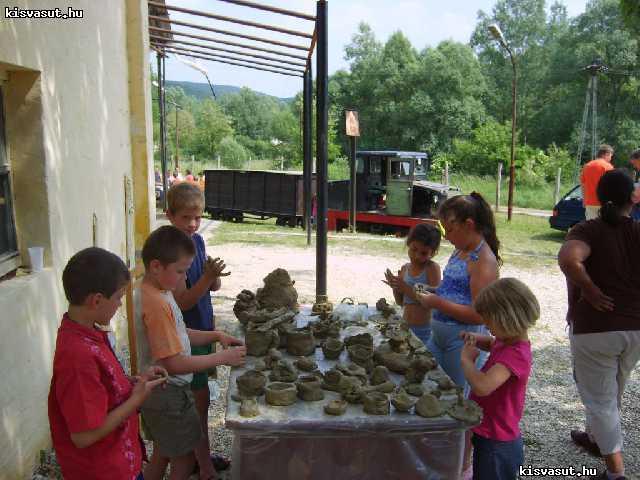 A fiatal részvevők az üzem területén agyagozhattak