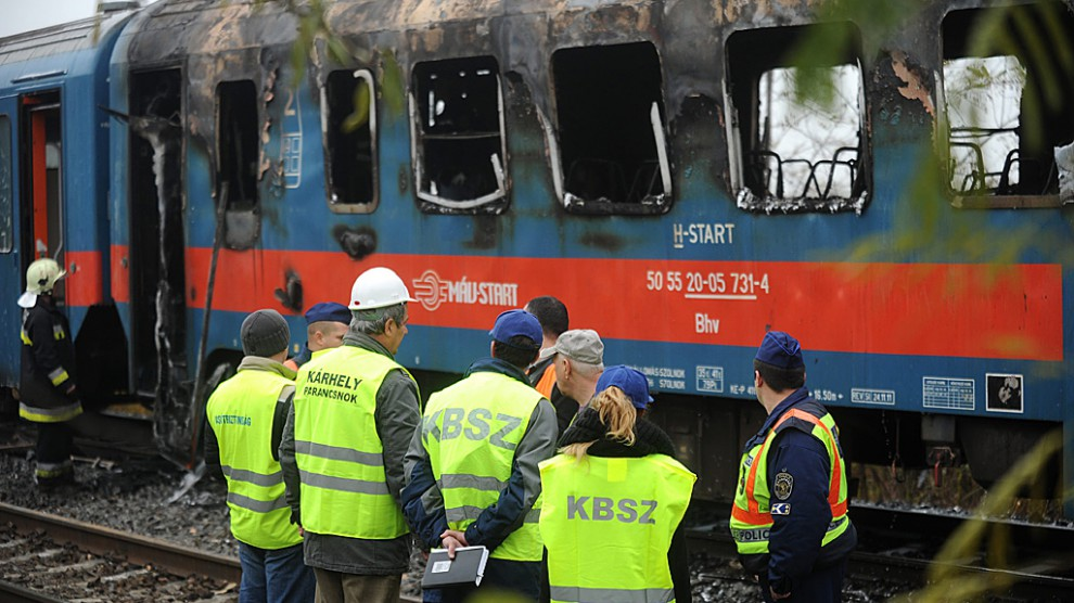 A tűz átterjedt a vagon többi részére is, a kocsi teljesen kiégett (MTI fotó, Mihádák Zoltán felvétele)