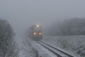 Mikulásvonat kisejlik a ködből (Fotó: Kókai Károly)