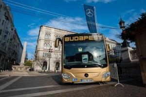 A Szent István Bazilika előtti karácsonyi vásáron az új Citaro busztípus Forrás: BKK