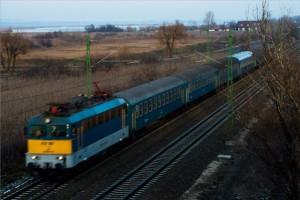 Gárdony, 2012. december 13. Egy vonat halad Dinnyés körzetében, a Tárnok-Székesfehérvár vasúti vonalszakaszon 2013. december 13-án. Ezen a napon Völner Pál, a Nemzeti Fejlesztési Minisztérium (NFM) infrastruktúráért felelős államtitkára ünnepélyesen átadta a Tárnok-Székesfehérvár vasúti vonalszakaszt a kápolnásnyéki vasútállomáson. A Nemzeti Infrastruktúrafejlesztő (NIF) Zrt. beruházásában megvalósult több mint 40 kilométer vasúti szakasz felújítása 55 milliárd forintba került. MTI Fotó: Illyés Tibor