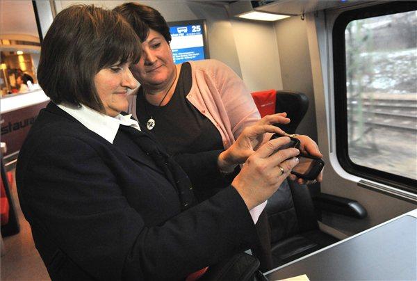 Budapest, 2012. december 10. A jegyvizsgáló egy utas jegyét ellenőrzi a telefonja segítségével egy Railjet vonaton 2012. december 10-én. Már elektronikus formában is bemutathatják a vonaton a vasúti jegyek QR-kódját a jegyvizsgálóknak azok, akik az internetes menetjegyváltás során az otthoni nyomtatás funkciót jelölik meg. A lehetőséggel egyelőre a pót- és helyjegyköteles - InterCity, nemzetközi EuroCity, railjet - vonatok utasai élhetnek. MTI Fotó: Máthé Zoltán
