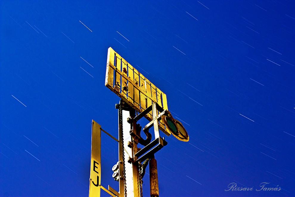 Világítás nélküli alakjelző éjjel (Fotó: Rizsavi Tamás)