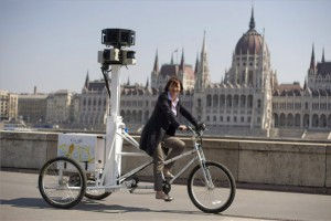 Heal Edina, a Google Magyarország vezetője a cég új, 3 dimenziós fényképezőgéppel felszerelt triciklijén a Parlamenttel szemközti Duna-parton 2013. április 23-án. Ezen a napon Magyarországon is elindult a Google Street View szolgáltatása, Budapest mellett a vidéki nagyvárosok és falvak is bejárhatók virtuálisan. MTI Fotó: Koszticsák Szilárd