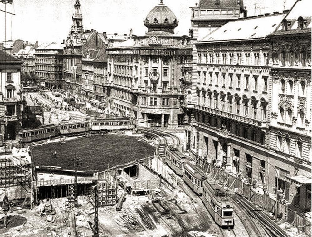 Az Astoria az építés idején...