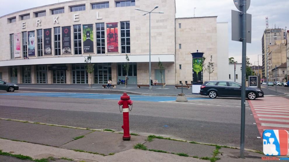 A megújult színház bejárata és a megújult tér