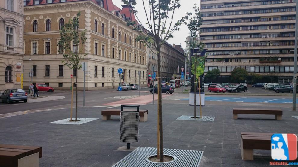 Az új utcabútorok és facsemeték, háttérben a BGOK-val