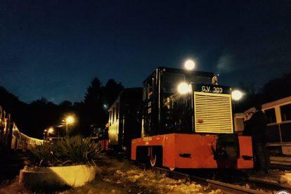 C50-es mozdony és a Bk kocsi éjjel
